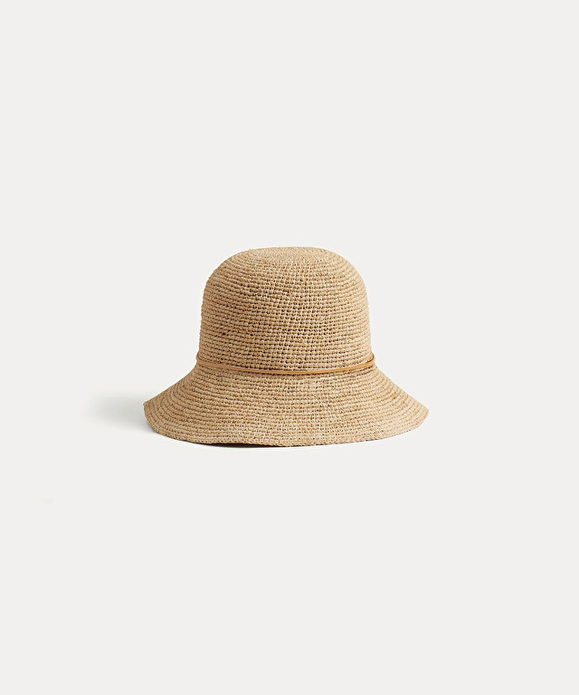 bucket hat in crocheted raffia